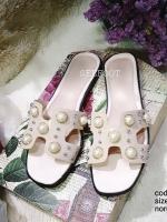 รองเท้าแตะแบบสวมสีครีม แต่งมุกเม็ดใหญ่ สไตล์Hermes (สีครีม )
