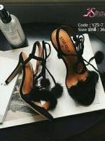 รองเท้าส้นเข็มรัดข้อสีดำ ประดับตุ้มขนมุ๊งมิ๊ง วัสดุผ้ากำมะหยี่ (สีดำ )
