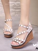 รองเท้าส้นเตารีดรัดส้นสีขาว ตอกหมุดปิรามิด สไตล์ VALENTINO (สีขาว )