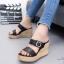 รองเท้าส้นเตารีดเปิดส้นสีดำ สายคาดเข็มขัด ส้นพียู ลายไม้ (สีดำ )