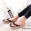 รองเท้าแตะผู้หญิงสีดำ แบบคีบ แต่งอะไหล่คริสตัลหน้าดอกซากุระ (สีดำ ) thumbnail 1