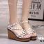 รองเท้าส้นเตารีดรัดส้นสีขาว ตอกหมุดปิรามิด สไตล์ VALENTINO (สีขาว ) thumbnail 3