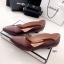 รองเท้าคัทชูหัวแหลม ส้นเตี้ย ขอบหยัก หน้าV (สีน้ำตาล ) thumbnail 3