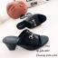รองเท้าส้นตันสีดำ แบบสวม แต่งอะไหล่โลหะทอง (สีดำ ) thumbnail 3