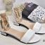 รองเท้าส้นเตี้ยรัดข้อสีขาว มีสายมุกรัดข้อปรับระดับ (สีขาว ) thumbnail 4