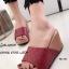 รองเท้าส้นเตารีด เปิดส้น แบบสวม หนังนิ่ม เย็บลายตาราง (สีแดง )